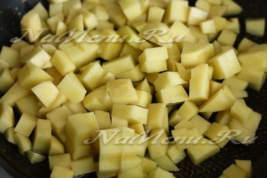 Выложить картошку на сковороду