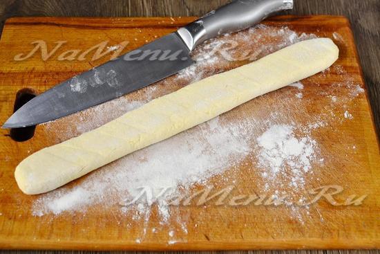 формируем из теста колбаску