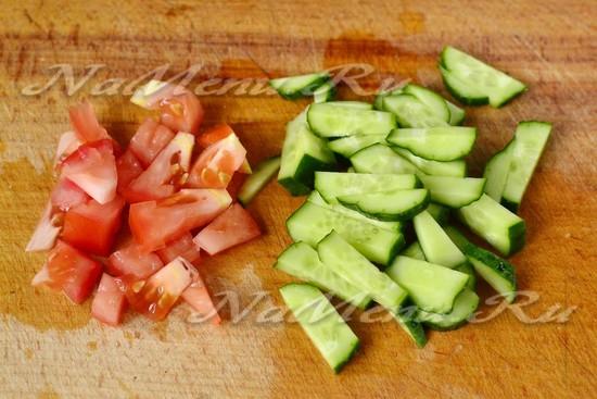 Огурцы и помидоры нарезать