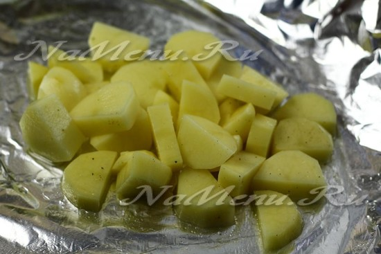 Выложить картошку на фольгу