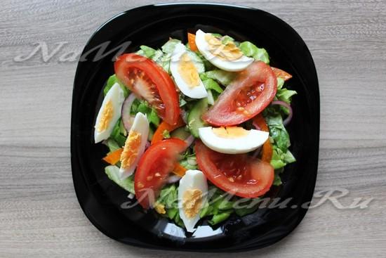 Овощной салат с тунцом и яйцами
