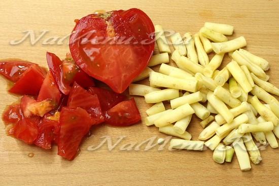 нарезать фасоль и помидоры