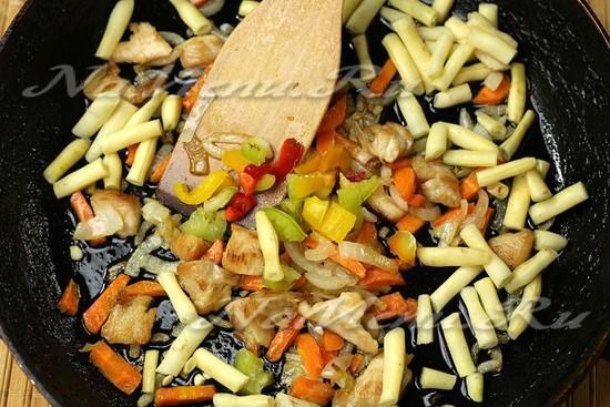 Добавьте фасоль и сладкий перец