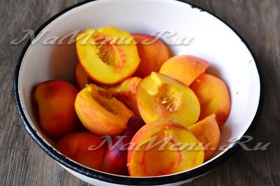 разрезаем персики пополам и вынимаем из них косточки