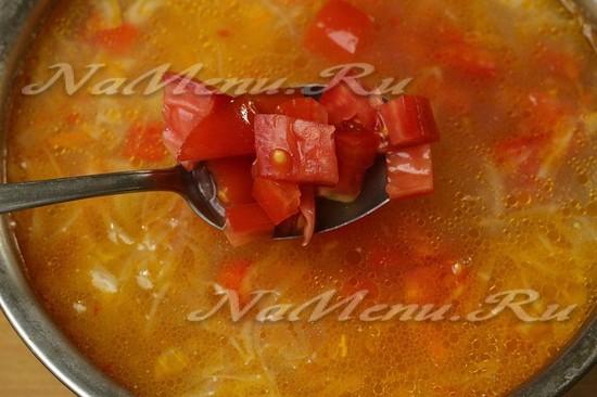 Добавить зажарку и помидоры в кастрюлю