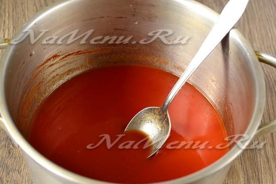 вливаем воду и добавляем томатную пасту, сахар, соль