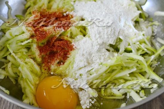 добавляем яйца, соль и специи, муку