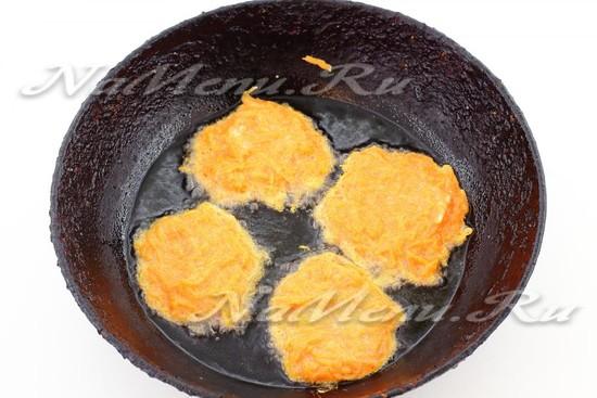 выложить в горячее масло и обжарить