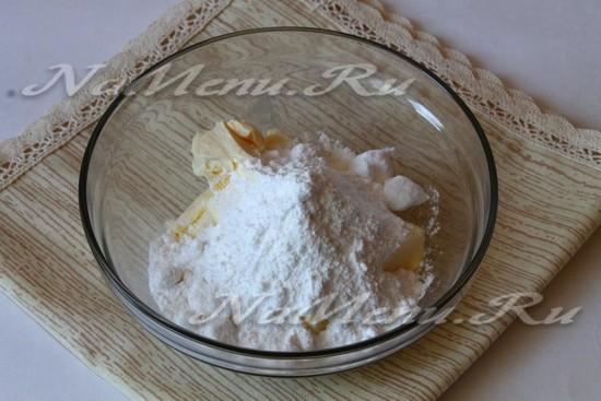 растереть масло с сахарной пудрой