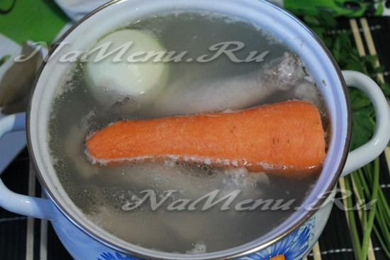 в куриный бульон добавить лук и морковь