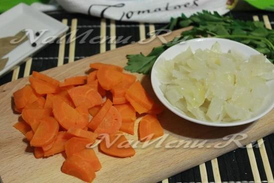 нарезать морковь и лук из бульона