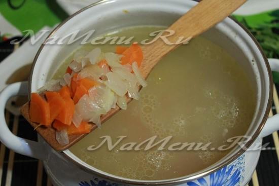 добавить в суп морковь и лук