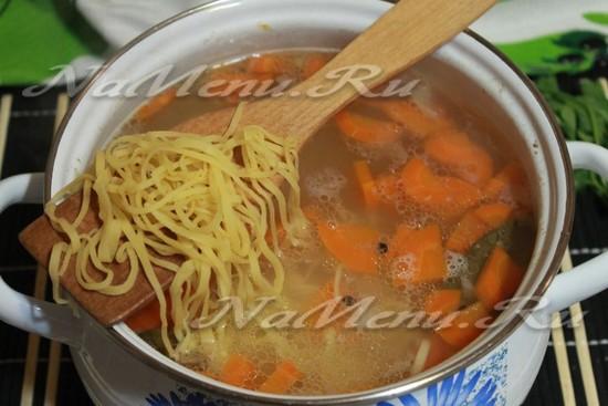 добавить в суп лапшу