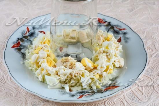 Выложить вареные яйца