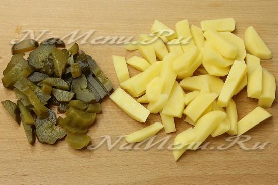 нарезали картофель, соленые огурцы