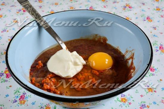 Добавить сметану, яйца