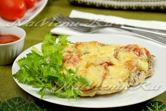 отбивные из куриного филе с помидорами и сыром