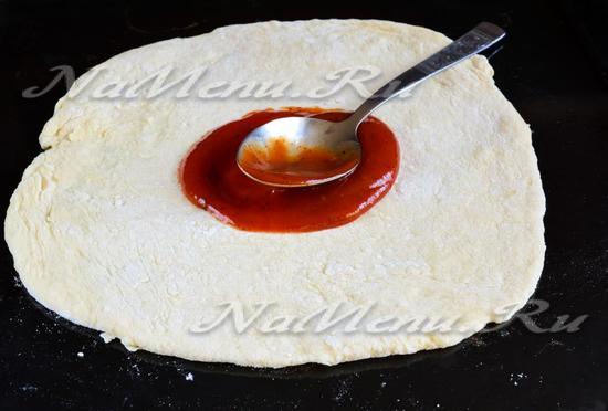 Раскатать тесто и смазать кетчупом