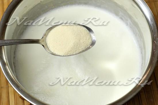 в кипящее молоко всыпаем манку