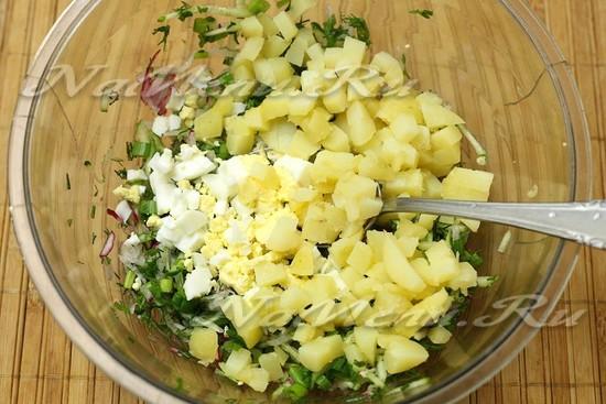 нарезали картофель, яйца