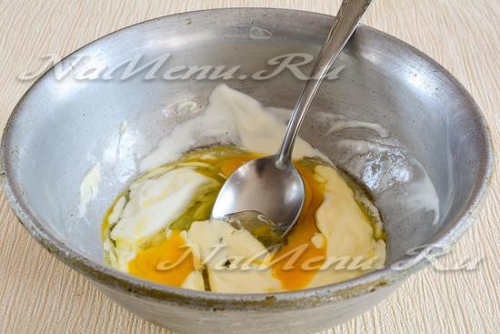 Добавить яйца и майонез