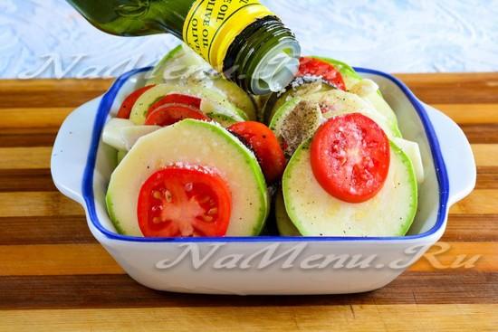 Выложить овощи и полить маслом
