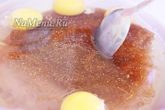 в отдельную миску добавьте масло, коричневый сахар яйца и мед