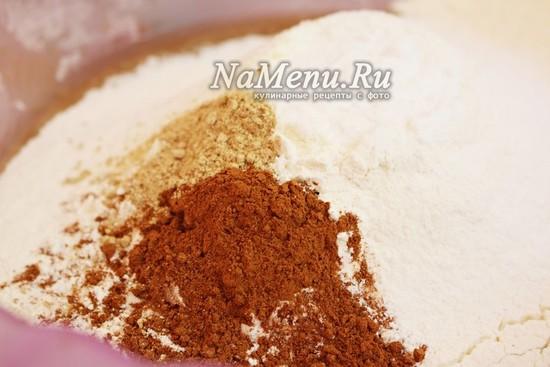 Добавьте к массе просеянную муку, разрыхлитель, корицу, имбирь и соду