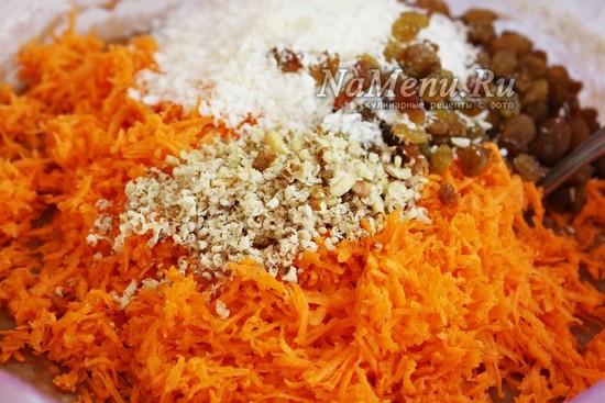 Добавьте к тесту натертую морковь, изюм, кокосовую стружку и орехи