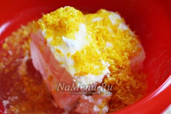 смешайте сливочный сыр с цедрой лимона и сахарной пудрой