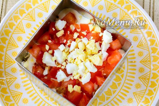 Добавить помидоры и яйца