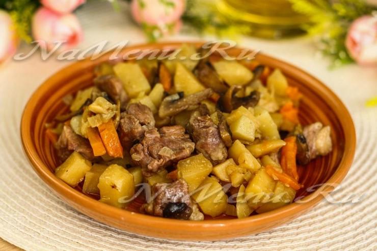 Жаркое из картофеля с мясом и грибами в горшочках