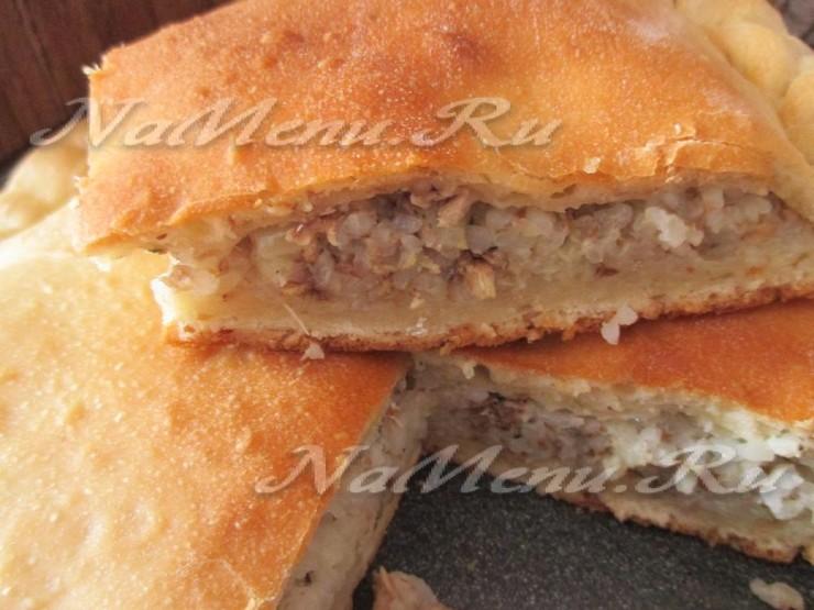 Пирог из дрожжевого теста с сайрой и рисом с фото
