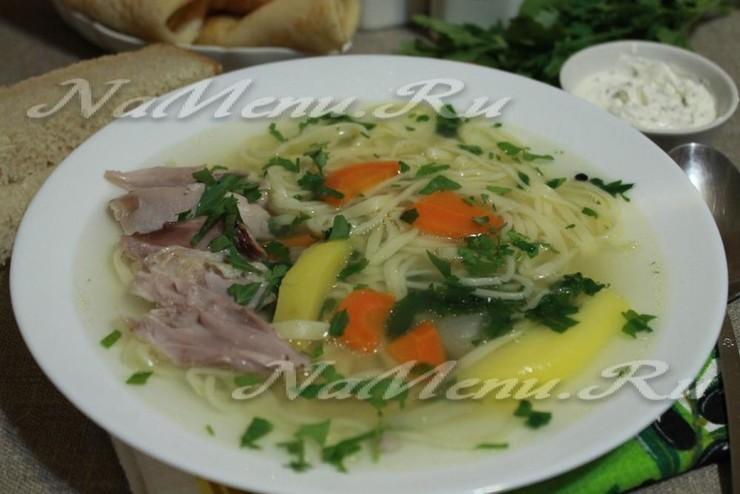 Суп с домашней лапшой на курином бульоне