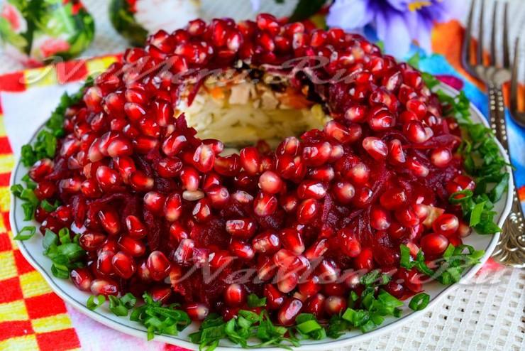 """Салат """"Гранатовый браслет"""" с курицей, черносливом и грецким орехом"""