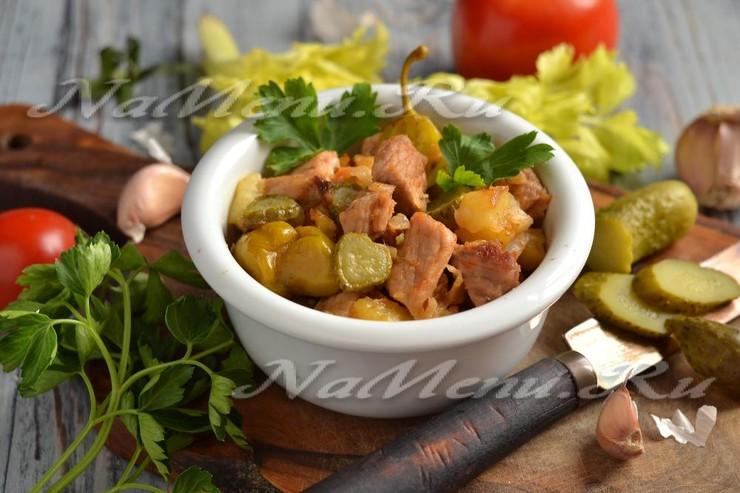 Блюдо из картошки мяса и соленых огурцов