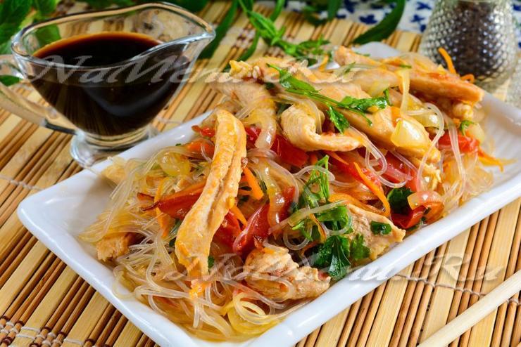 """Салат """"Фунчоза"""" с курицей и овощами"""