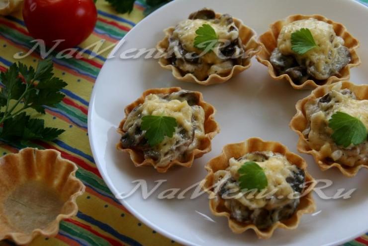 Жульен в тарталетках с грибами и сыром