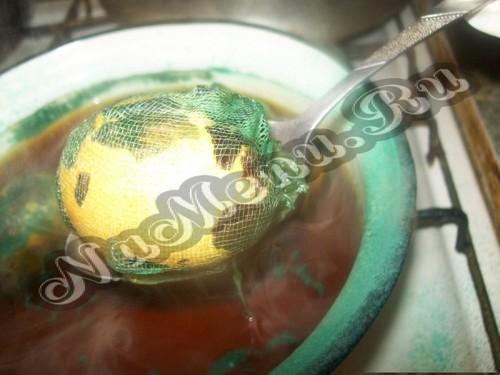 Вынимаем яйца в марле