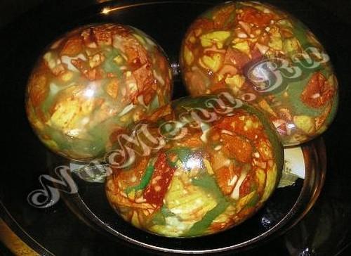 Покраска яиц луковой шелухой и зеленкой