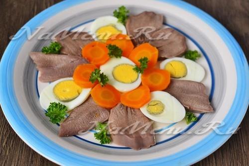 выложить для заливного продукты га тарелку