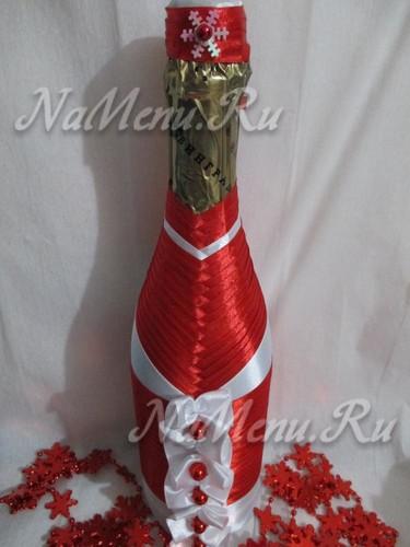 Шампанское украшенное лентами на Новый год