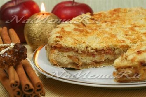 Сметанная шарлотка с яблоками и орехами