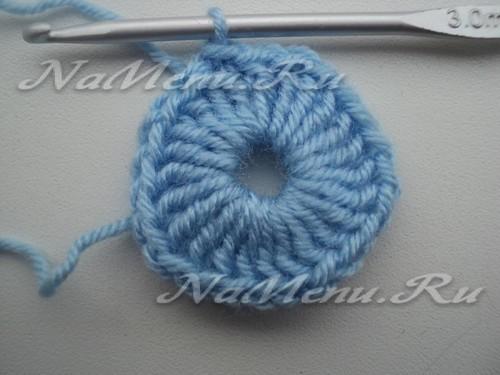 В скользящую петельку голубой пряжей провязываем двадцать четыре ССН