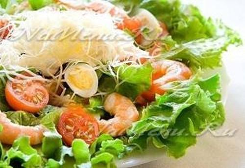 Салат с креветками и брынзой