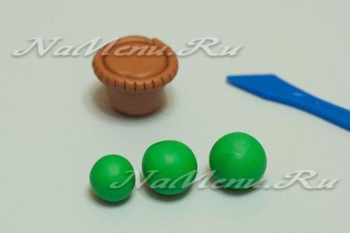 из зеленого пластилина скатать шарики