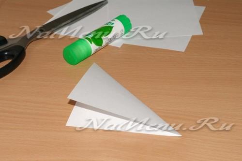 складываем бумажный квадрат пополам, чтобы получился треугольник