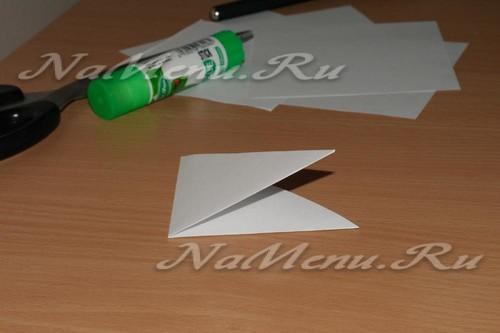Полученный треугольник сворачиваем еще раз вдвое