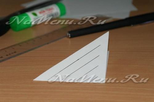 От одной стороны треугольника к другой с шагом в один сантиметр проводим параллельные линии, немного не доводя до края