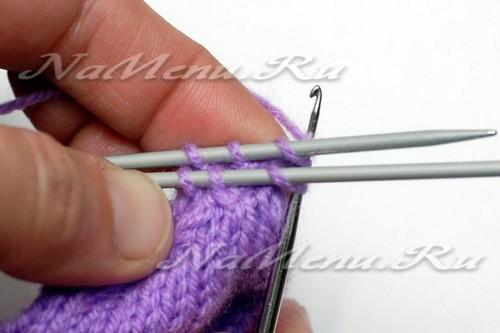 Введем крючок в обе первые петельки на обеих спицах одновременно